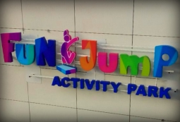 Объемные буквы Fun Jump на фасаде